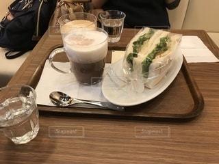 テーブルの上のコーヒー カップ - No.978459