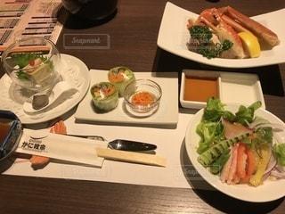 テーブルの上に食べ物のプレートの写真・画像素材[978474]