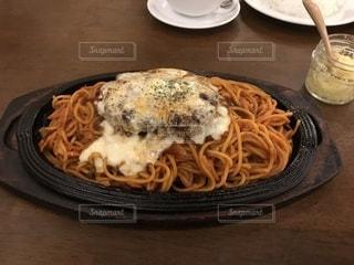 テーブルの上に食べ物のプレートの写真・画像素材[978494]