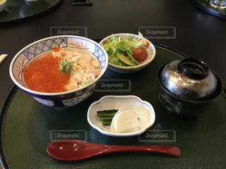 テーブルの上の皿の上に食べ物のボウルの写真・画像素材[978527]