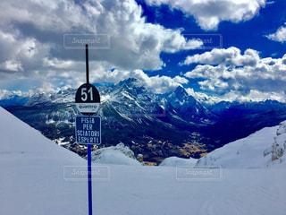 雪覆われた山の中腹にサインの写真・画像素材[979867]