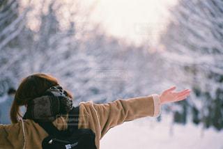 空気で雪のボードに乗る人の写真・画像素材[1062360]