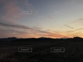山里の空に沈む夕日の写真・画像素材[979083]