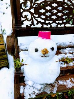 ベンチに座る雪だるまの写真・画像素材[991482]