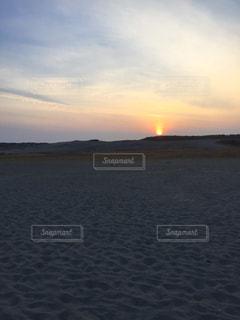 水の体に沈む夕日の写真・画像素材[979458]