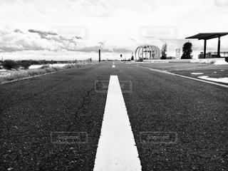 果てしなく続く道の写真・画像素材[979733]