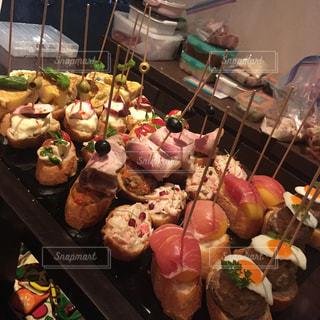 テーブルの上に食べ物の束の写真・画像素材[980005]