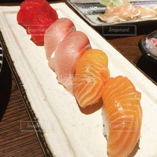 テーブルの上の寿司の写真・画像素材[980049]