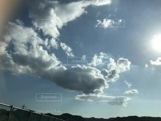 晴れ空と雲と光の写真・画像素材[980311]