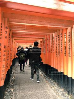 伏見稲荷大社の前を立っている人々 のグループの写真・画像素材[980246]