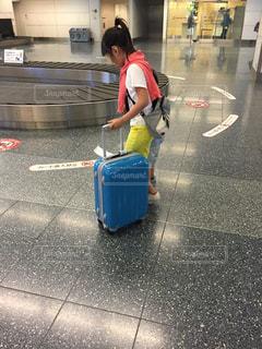 スーツケースを引いての写真・画像素材[980980]