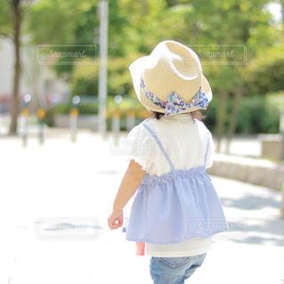 帽子をかぶった小さな女の子の写真・画像素材[981272]