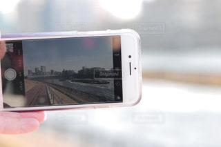 携帯で写真を撮っているところの写真・画像素材[1793348]