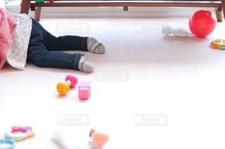 オモチャを散らかしながら遊ぶ赤ちゃんの写真・画像素材[1843143]