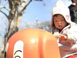 帽子をかぶった小さな女の子の写真・画像素材[1037849]