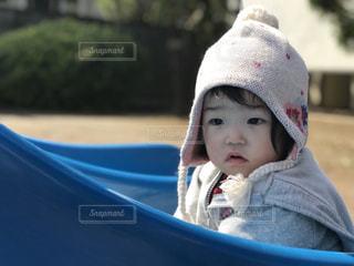 青い帽子を身に着けている女の子の写真・画像素材[1037850]