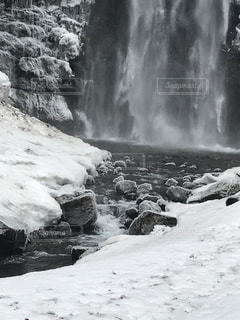 雪と滝つぼと凍った石と。の写真・画像素材[982457]