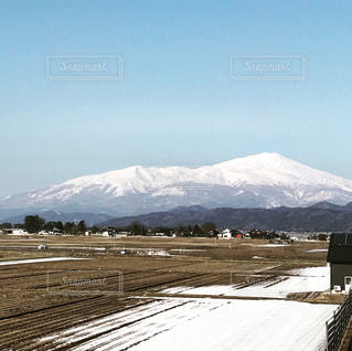 なごり雪と鳥海山の写真・画像素材[1045428]