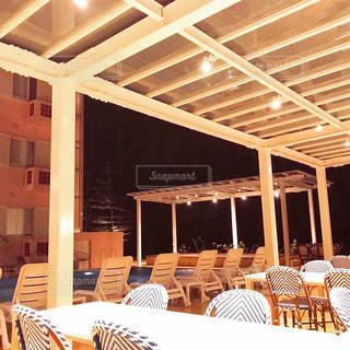 ホテルのプール前ベンチの写真・画像素材[983976]