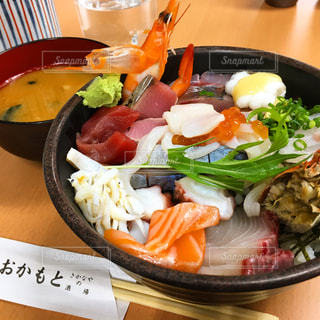 どーんっと海鮮丼の写真・画像素材[983981]