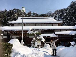神社の前で積雪に喜ぶ - No.1003478