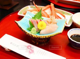 テーブルの上に食べ物のプレートの写真・画像素材[1007069]