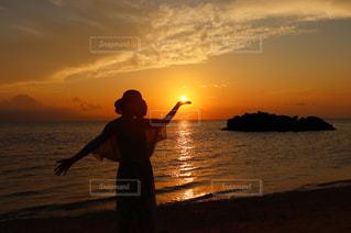 水の体の上に日没の前に立っての写真・画像素材[1236536]