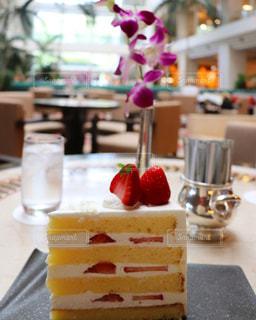 近くのテーブルにケーキのアップの写真・画像素材[1236537]
