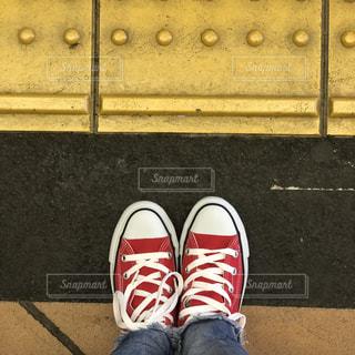 赤白と青の靴の写真・画像素材[1034762]