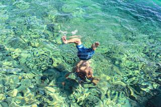 水に潜る男性の写真・画像素材[982811]