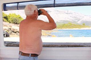 遠くを見る男性の写真・画像素材[982813]