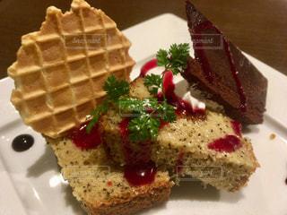 シフォンケーキとチョコレートケーキの写真・画像素材[1003647]
