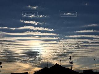 夕焼け空に浮かぶ雲の写真・画像素材[1043311]
