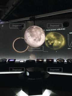 浮かぶ月の写真・画像素材[1803264]