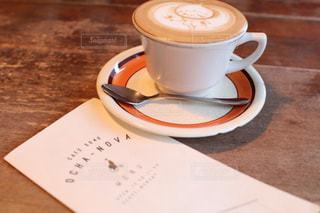 テーブルの上のコーヒー カップの写真・画像素材[1445911]