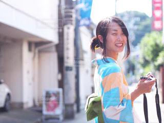 建物の前に立っている女性の写真・画像素材[1216742]