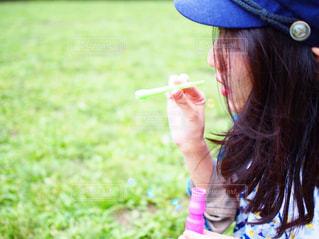 青い帽子をかぶっている女性の写真・画像素材[1216744]