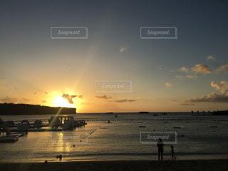 水に沈む夕日の写真・画像素材[984224]