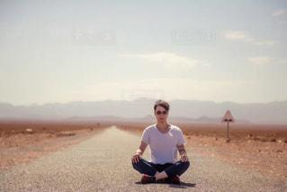道に座る人の写真・画像素材[1001470]