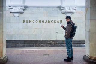建物の前に立っている人の写真・画像素材[1001494]