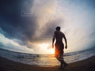 ビーチに立っている人の写真・画像素材[1001496]