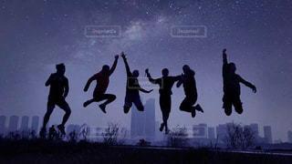 空気中のジャンプの人々 のグループの写真・画像素材[1001498]