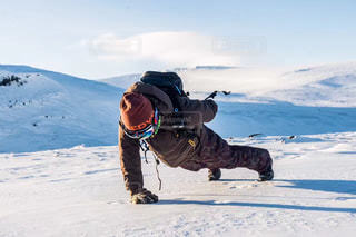 雪をスノーボードに乗る男覆われた斜面の写真・画像素材[1001503]