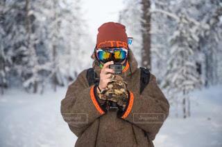雪の中に立っている男の人の写真・画像素材[1001507]