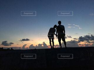 日没の前に立っているカップルの写真・画像素材[984388]