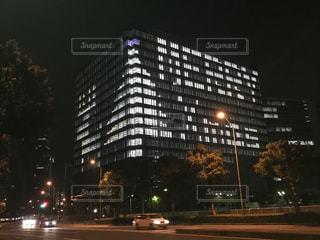 夜のライトアップされたビルの写真・画像素材[1628769]