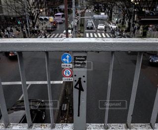 建物の側に座っているパーキング メーターの写真・画像素材[985332]