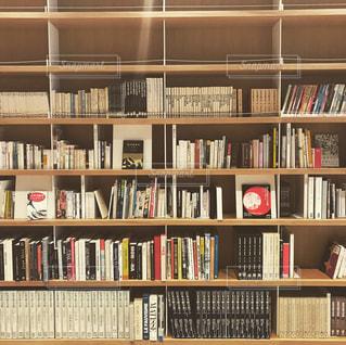 本棚は本でいっぱいの写真・画像素材[987921]