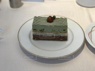 皿にピスタチオケーキの写真・画像素材[986060]