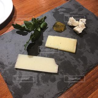 スレートに乗ったチーズの盛り合わせの写真・画像素材[986064]